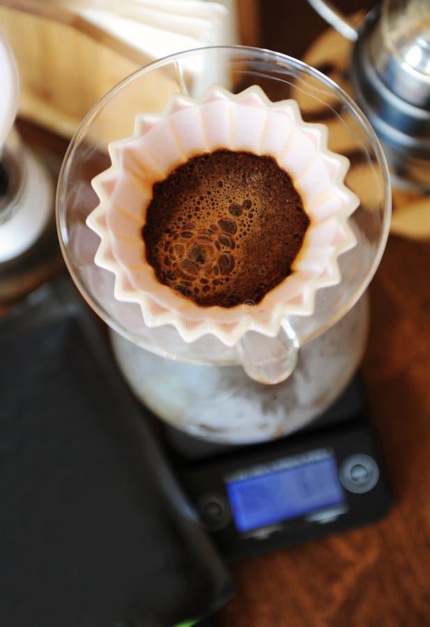 Café fleurissant dans le dispositif d'écoulement en céramique rose d'origami Vue supérieure Brassage manuel alternatif de main photos libres de droits
