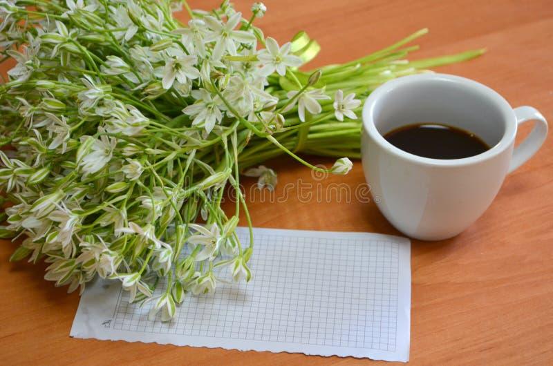Café, fleurs images stock