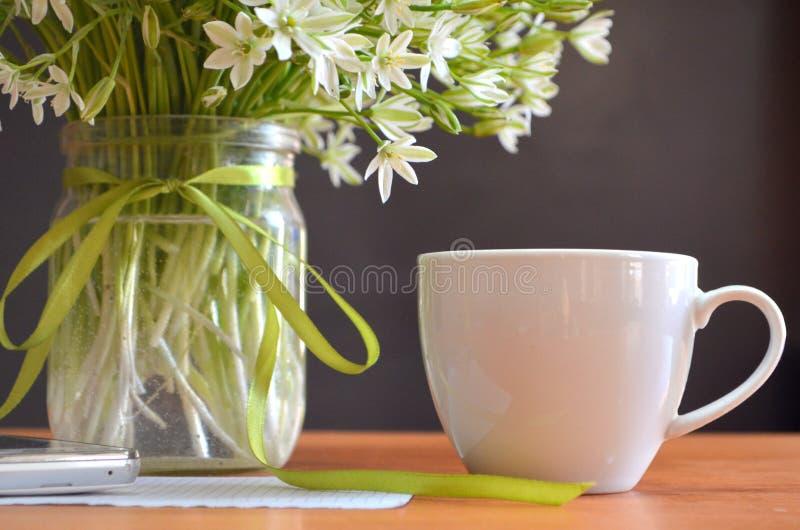 Café, fleurs image stock