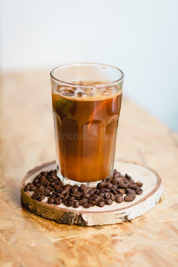 Café frío con hielo y la menta en un café imagen de archivo