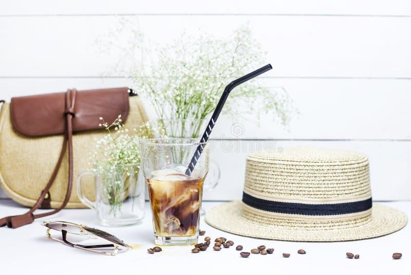 Café frío entre los accesorios del verano imagen de archivo