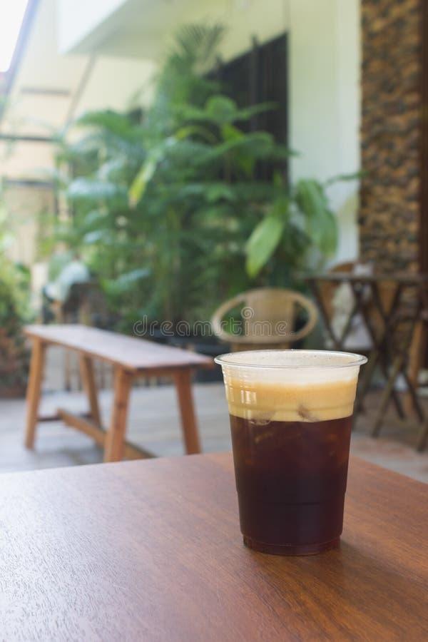 Café frío nitro chispeante del brebaje en el café al aire libre de la tabla de madera fotos de archivo libres de regalías