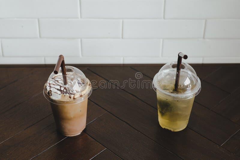 Café frío y té verde helado en la tabla de madera imagen de archivo libre de regalías