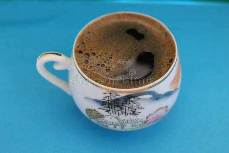 Café fragante en una taza de porcelana japonesa foto de archivo libre de regalías
