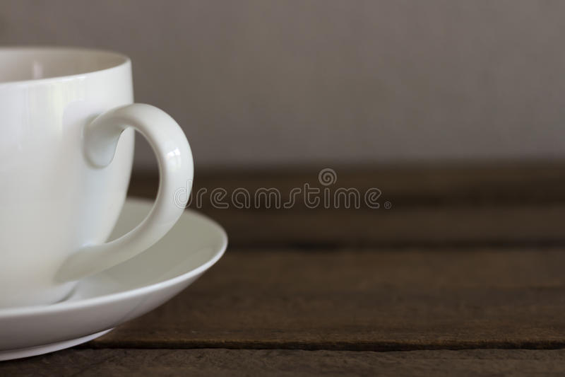 Café frais dans la tasse blanche sur la table en bois photographie stock