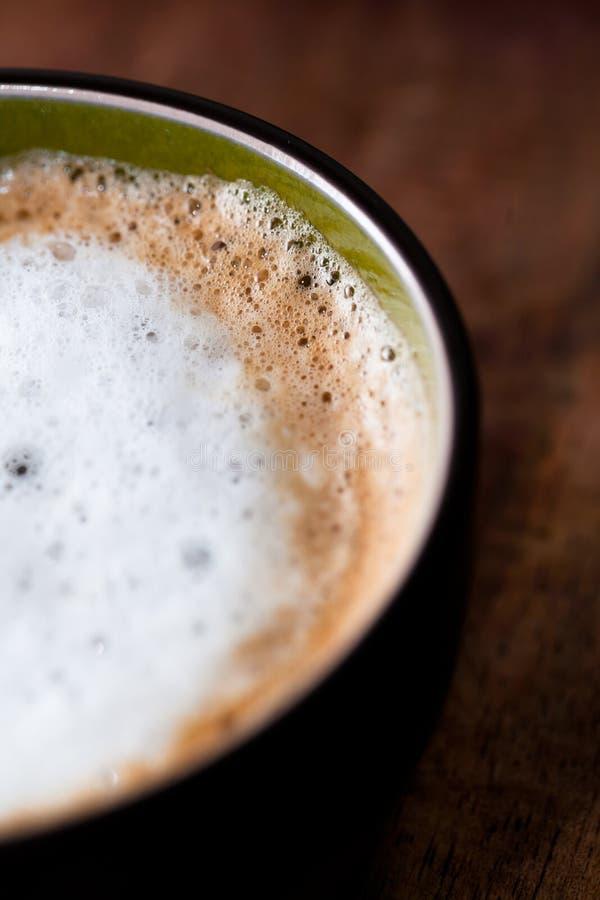 Café frais dans une cuvette images stock
