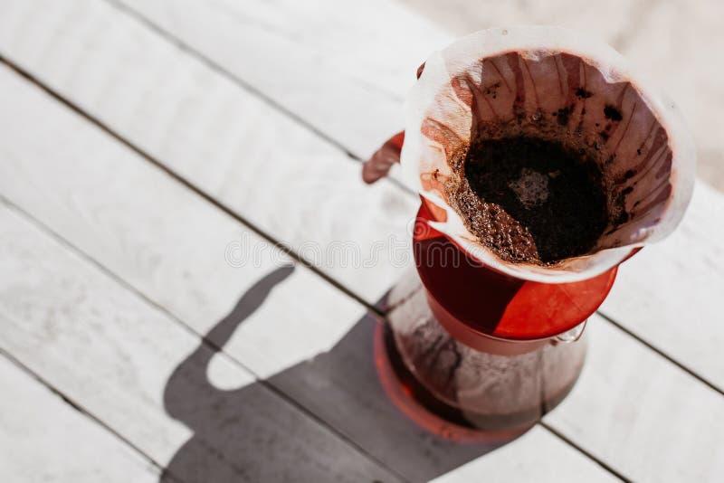 Café frais de filtre de matin dans le dispositif d'écoulement photo stock