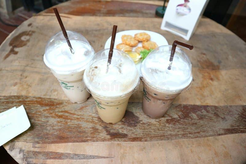 Café frais en verre en plastique photos stock