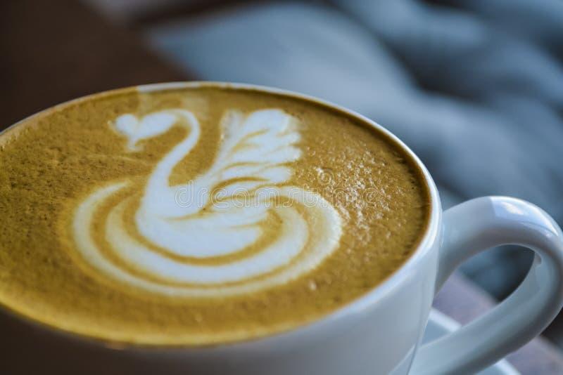 Café frais et parfumé dans le café Une tasse de cappuccino avec le dessin d'un cygne Art de Latte La boisson de stimulation photos libres de droits