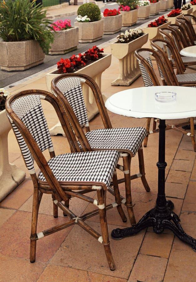 Café français de trottoir avec de petites tables rondes et chaises en osier photo libre de droits
