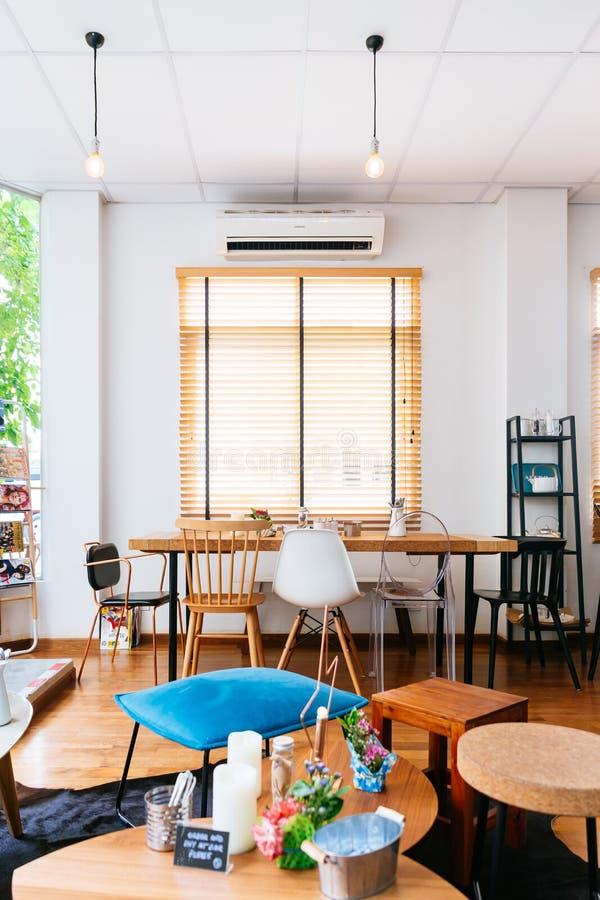Café francés moderno del postre Adornado con el color blanco y la textura de madera Acogedor y relajar la atmósfera imagenes de archivo