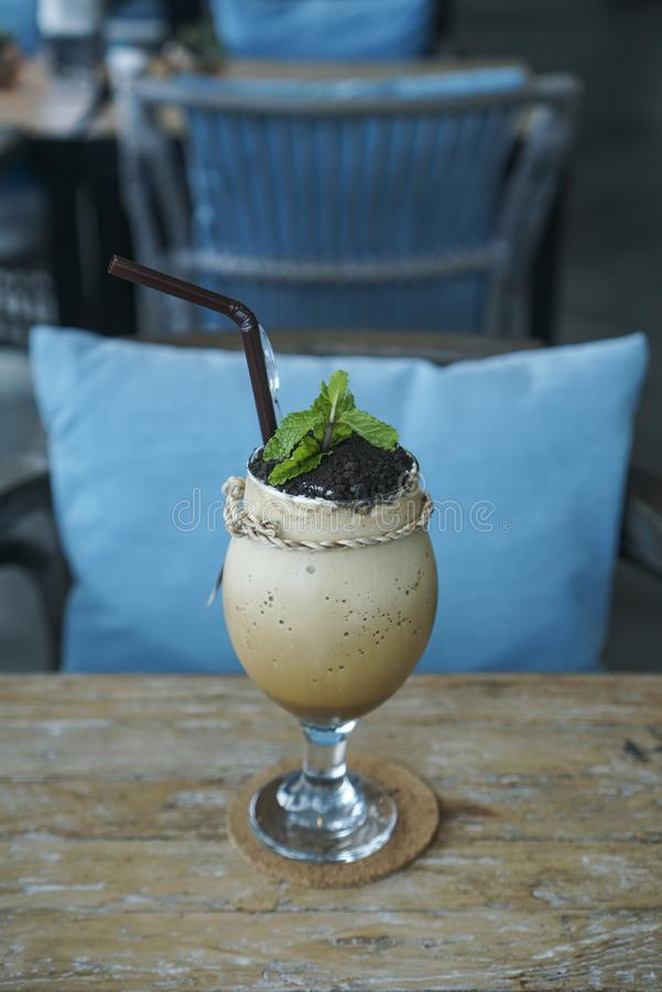 Café Frappuccino del café express con la migaja fotografía de archivo