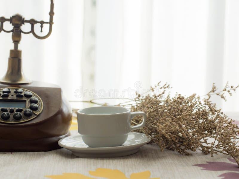 Café fresco da manhã com telefone do vintage foto de stock