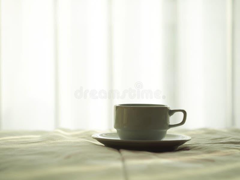 Café fresco da manhã na cama foto de stock