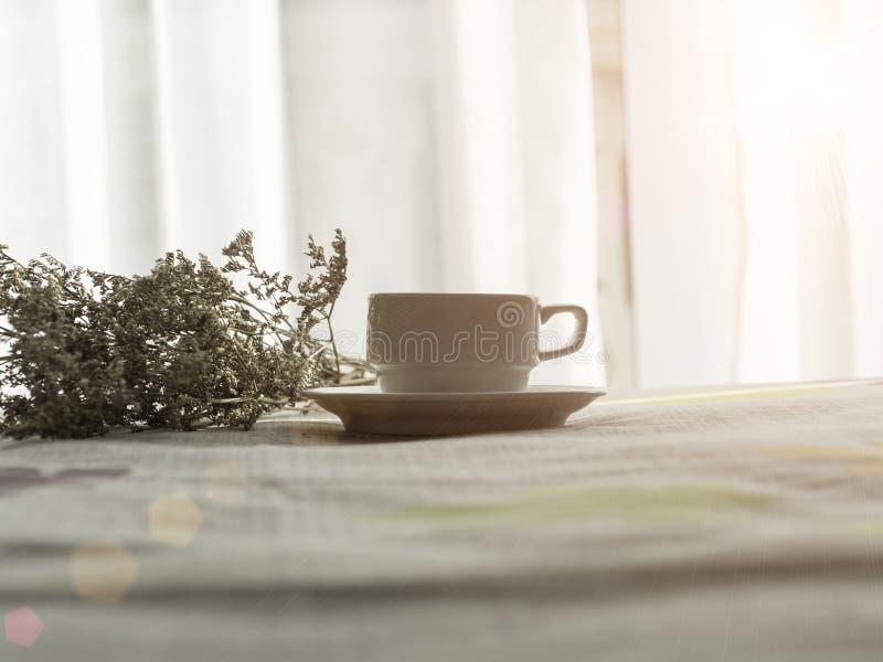 Café fresco da manhã na cama fotos de stock royalty free