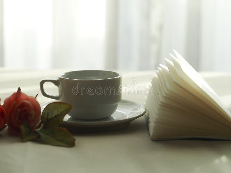Café fresco na cama, foco seleto da manhã imagem de stock