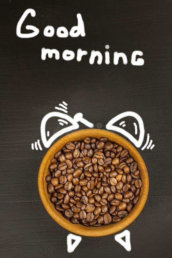 Café fresco y despertador retro Concepto de levantarse a trabajar Ma?ana que despierta imagen de archivo libre de regalías