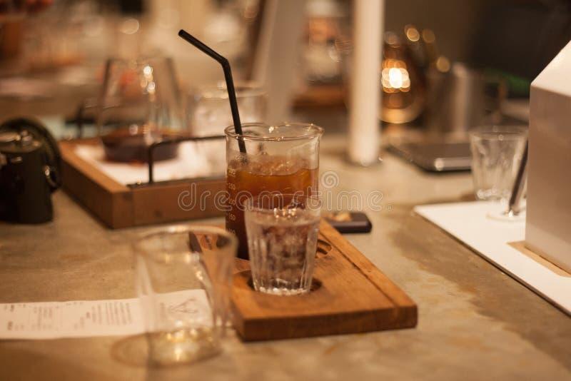 Café frio do gotejamento servido foto de stock