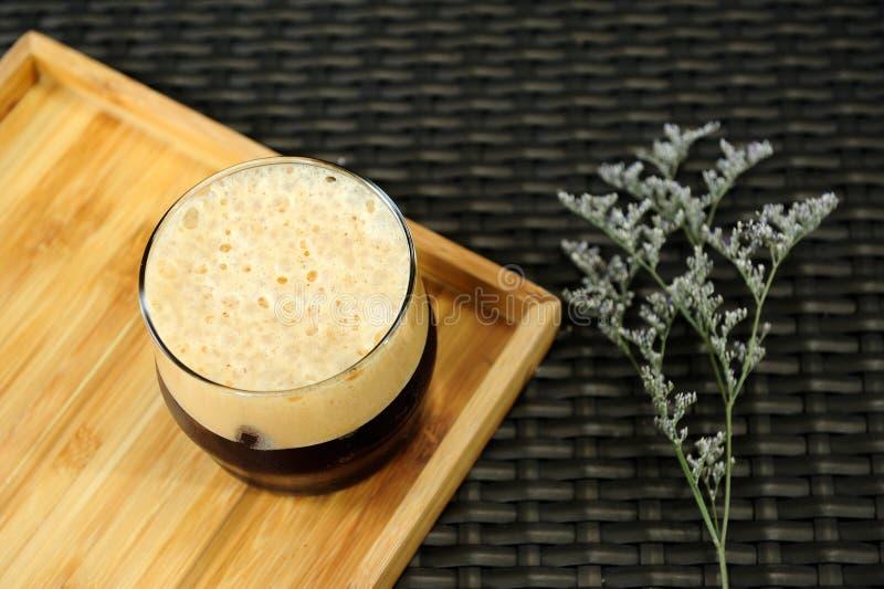 Café froid nitro de brew prêt à servir sur un plateau en bois photographie stock