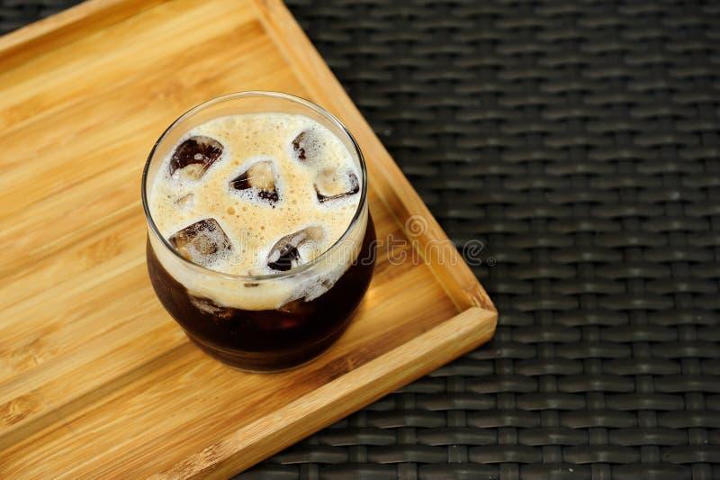 Café froid nitro de brew prêt à servir sur un plateau en bois photo stock