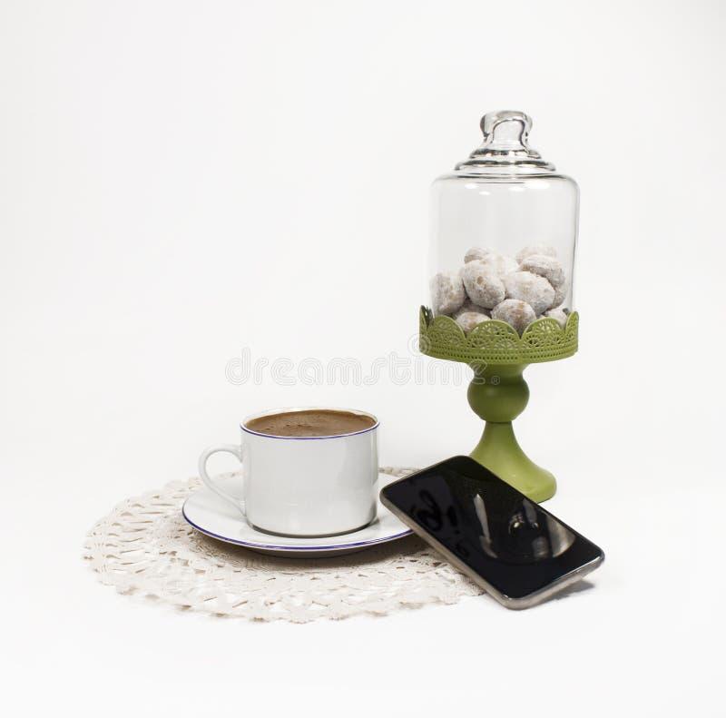 Café, galleta y smartphone fotos de archivo