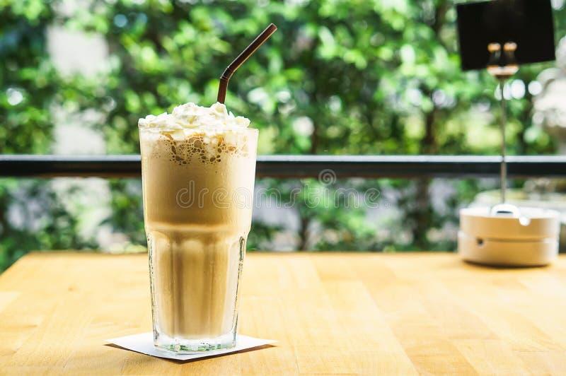 Café glacé avec de la crème photographie stock