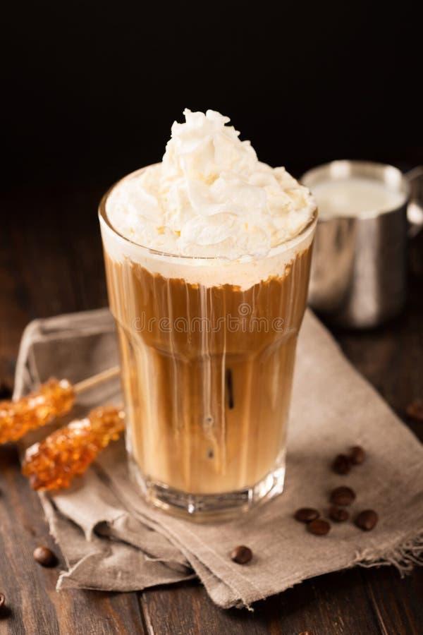 Café glacé avec la crème fouettée images libres de droits