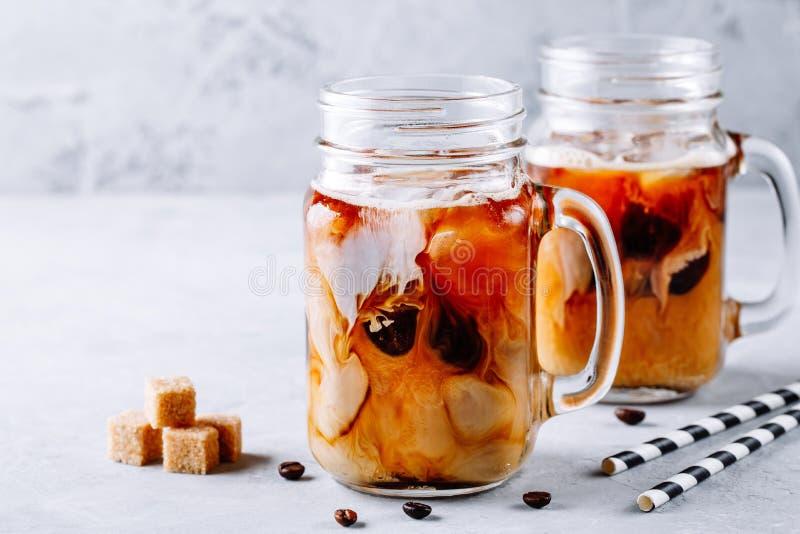 Café glacé dans des pots de maçon en verre avec du lait et des glaçons photographie stock