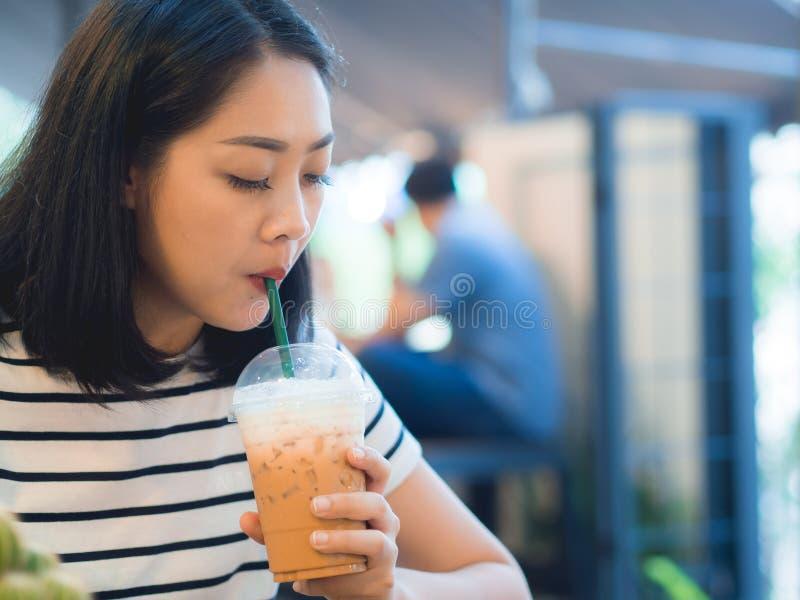 Café glacé de boissons de femme dans le café image libre de droits