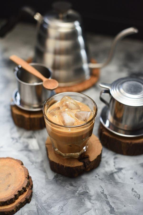 Café glacé vietnamien avec du lait de noix de coco en verre sur le fond foncé photographie stock libre de droits