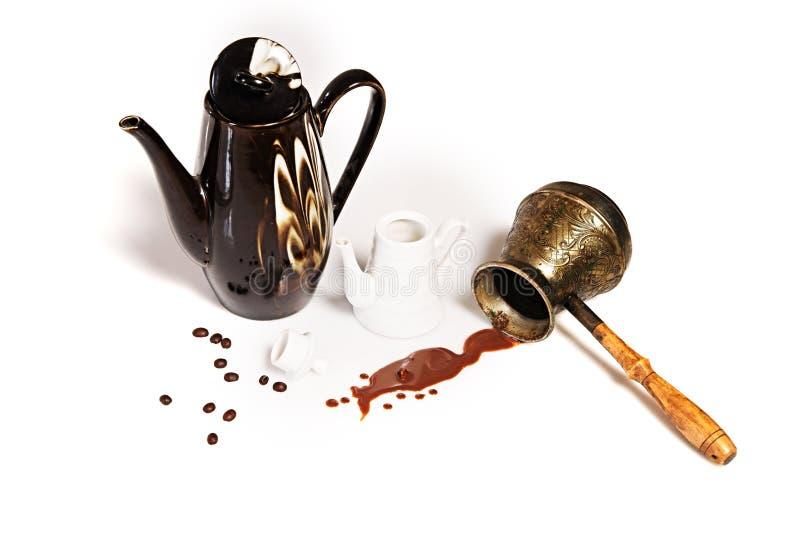 Café, granos de café, potes y cezve derramados imagenes de archivo