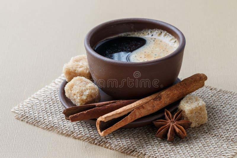 Café, granos de café, especias, anís de estrella, canela, azúcar, lona imagen de archivo