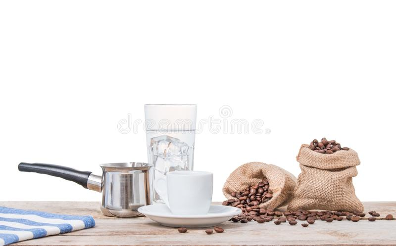 Café grego com potenciômetro e sacos completamente de feijões de café imagens de stock