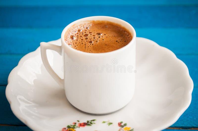 Café grego em uma tabela azul fotografia de stock