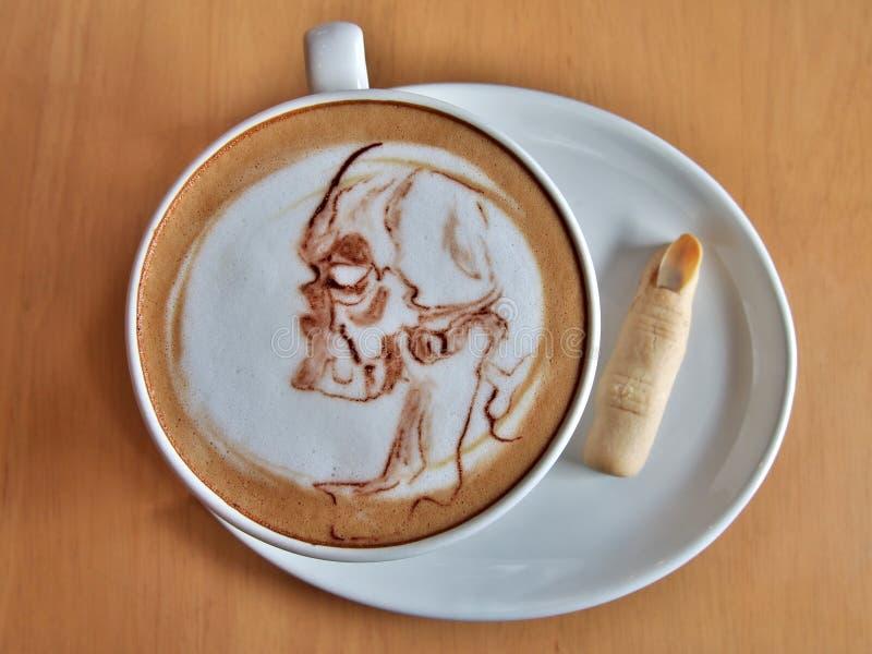 Café Halloween, arte del Latte como fantasma del cráneo imagen de archivo libre de regalías