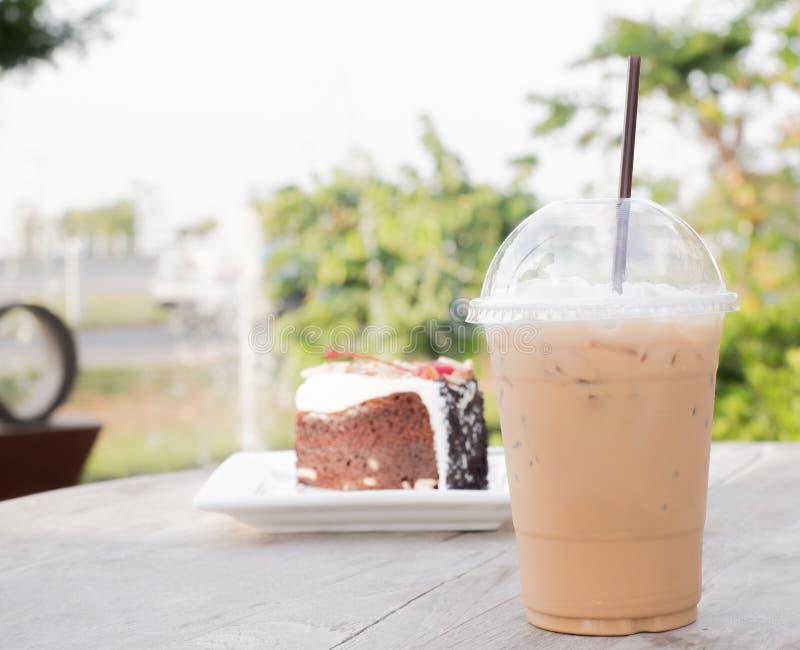 Café helado con el pastel de queso del arándano imagenes de archivo