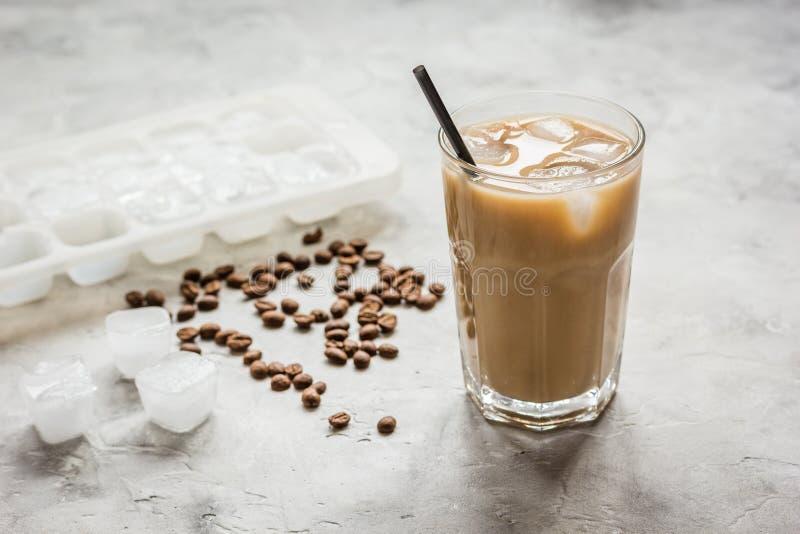 Café helado con las habas para la bebida fría del verano en el fondo de piedra fotos de archivo