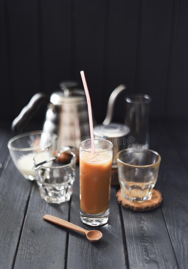 Café helado con leche de coco en estilo vietnamita de cristal alto en fondo negro fotografía de archivo libre de regalías