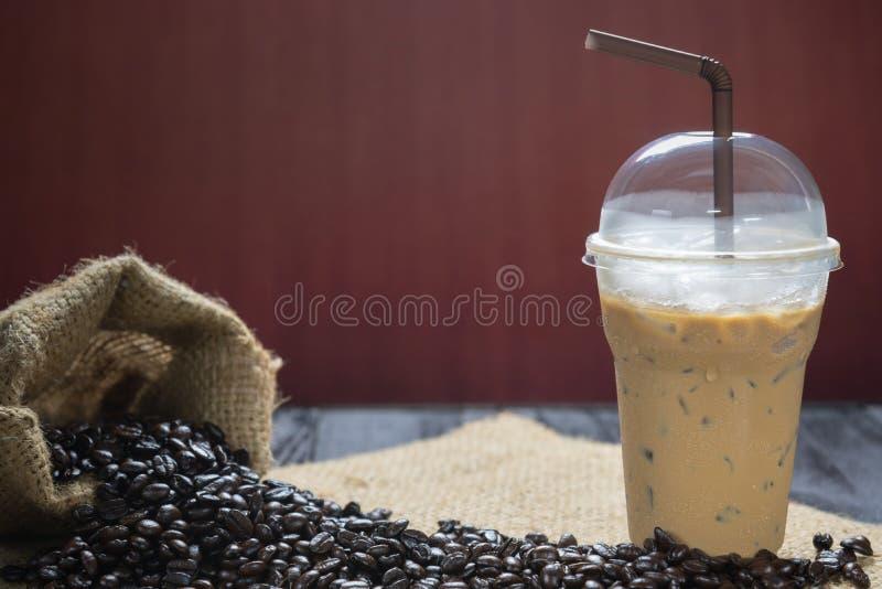 Café helado con los granos de café fotografía de archivo