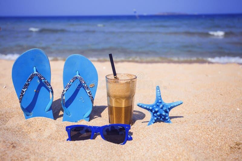 Café helado en una playa arenosa foto de archivo libre de regalías