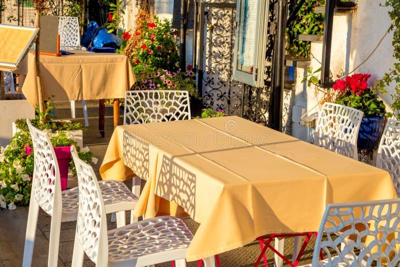 Café hermoso de la calle en pequeña ciudad europea fotos de archivo
