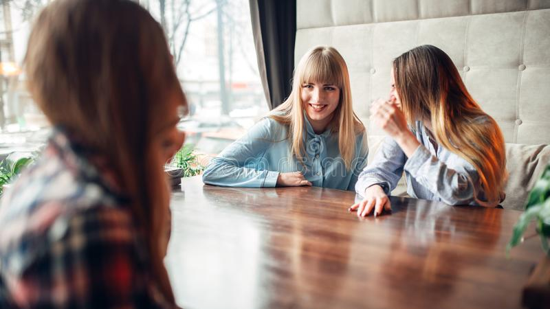 Café heureux de boissons d'amies en café image libre de droits