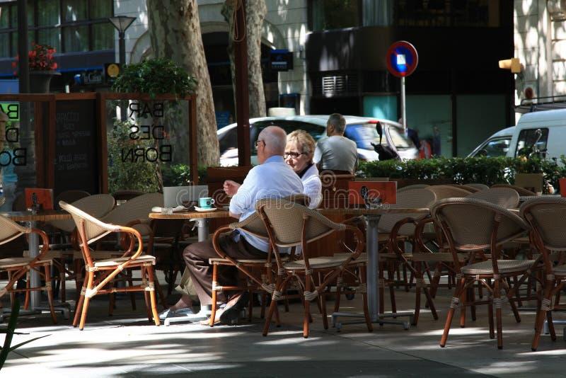 Café im Freien im Schatten lizenzfreies stockbild