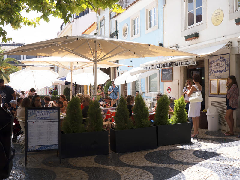 Café im pedestrianised Bereich von Cascais Portugal lizenzfreie stockfotos
