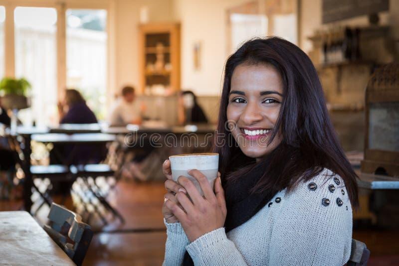 Café indio de la mujer imagenes de archivo