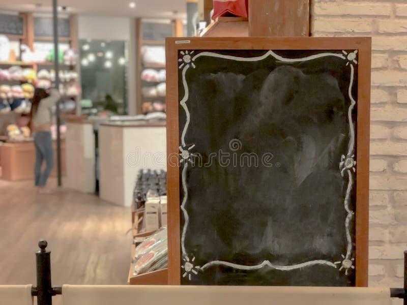 Café interior del tablero grande vacío del menú, tablero negro de madera del espacio en blanco en el restaurante fotografía de archivo libre de regalías