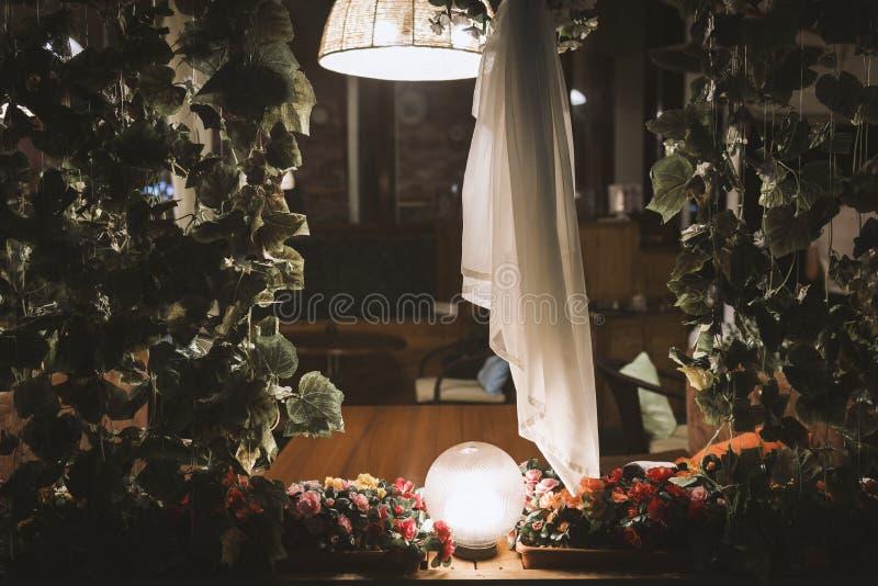 Café interior Uma tabela na varanda na noite com a luz de uma lâmpada imagem de stock