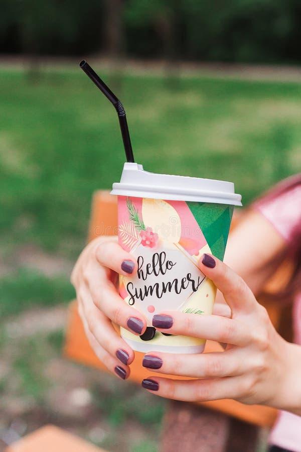 Café a ir no parque foto de stock