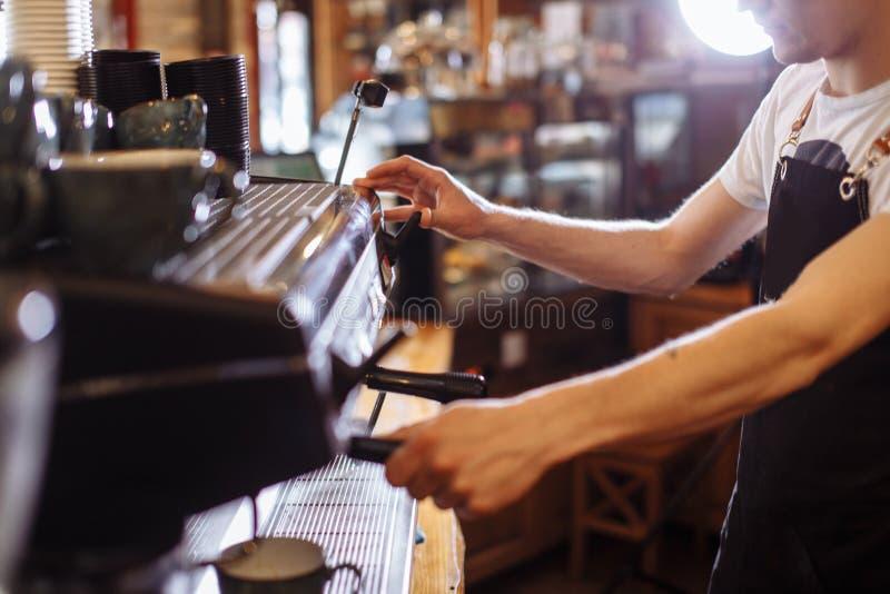 Café a ir o homem está preparando o espressoo imagens de stock royalty free