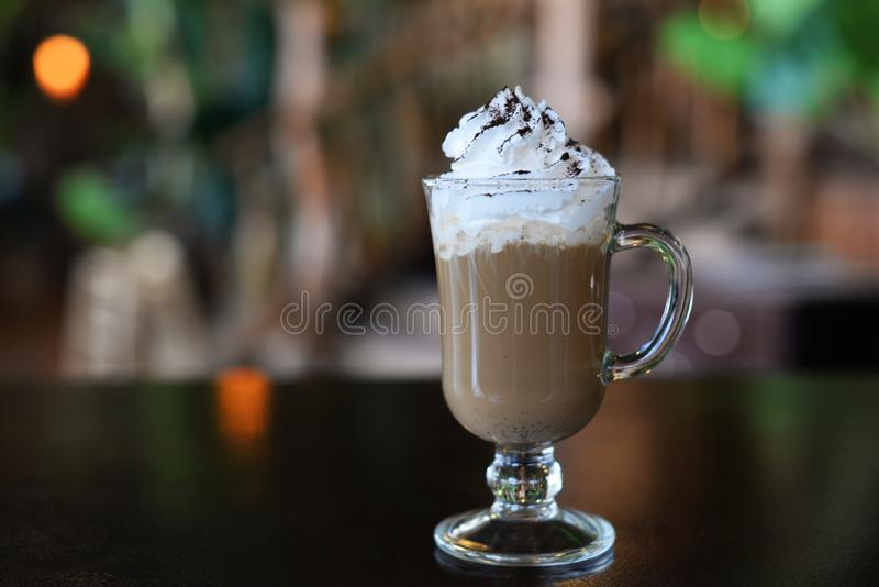 Café irlandés del Latte aromático con crema espumosa en un vidrio fotografía de archivo
